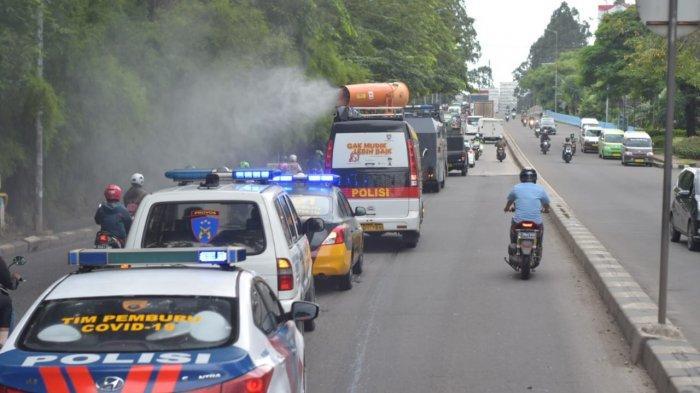 PMI Bersama Polrestro Tangerang Kota Semprot Jalan Raya dengan Disinfektan