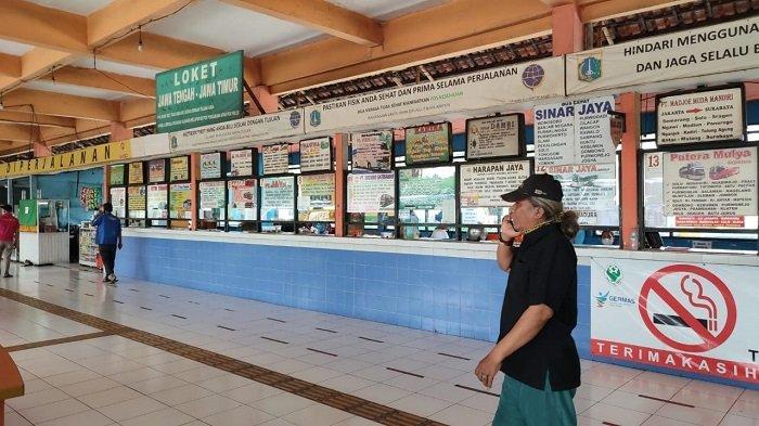 Menjelang berlakunya larangan mudik 2021, puluhan perusahaan bus AKAP di Terminal Kampung Rambutan, Jakarta Timur menutup loketnya untuk sementara waktu karena sepi penumpang.