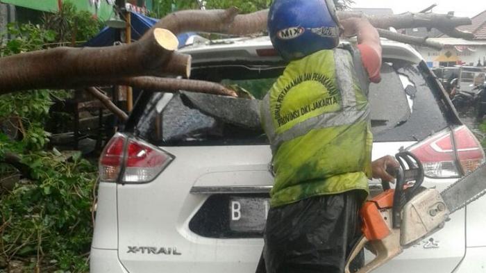 Pengemudi Nissan X-Trail Shock Berat karena Mobilnya Diamuk Ojol
