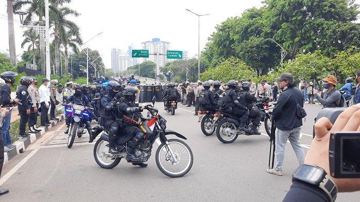 Polisi amankan demo buruh di DPR.