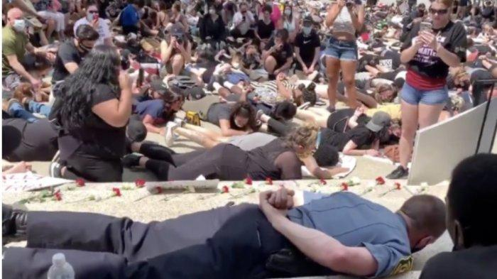 Polisi Ini Gabung Demonstran dan Ikut Tiarap Simbol Derita George Floyd, Aku Tidak Bisa Bernapas