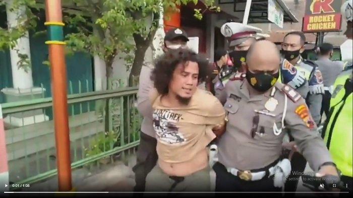 Detik-detik Pria Berambut Gondrong Ditangkap karena Pukul Polisi Saat Razia Prokes di Solo