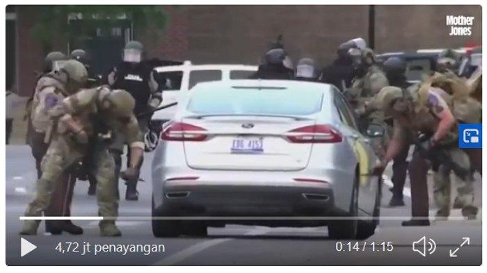 Polisi AS Sengaja Merobek Ban Mobil Milik Warga Supaya Tidak Digunakan untuk Menabrak Polisi