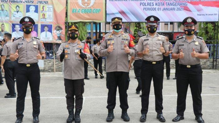 Jajaran polisi di Polresta Tangerang naik pangkat. Mereka berpose bersama, Senin (4/1/2021).