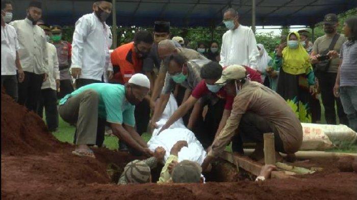 Pemakaman Jenazah Polisi Tembak Istri di Sukmajaya Depok Diwarnai Sang Putra Nyaris Pingsan