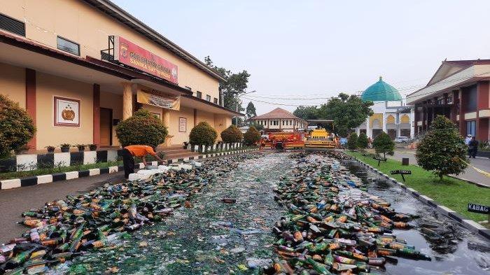 Jelang Lebaran, Polres Bogor Musnahkan 50.894 Botol dan 75.505 Liter Miras Oplosan