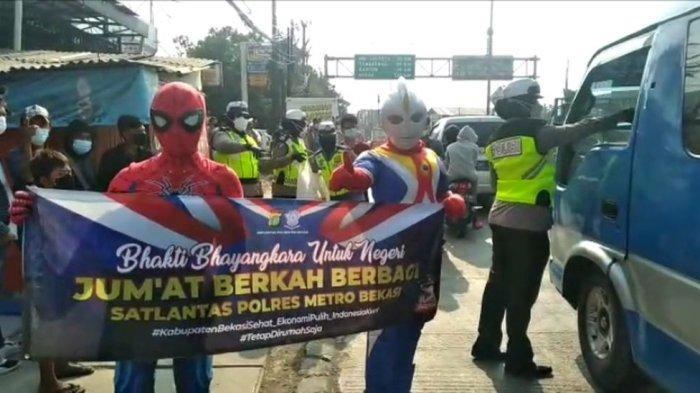 Wow! Superhero Bagi Makanan dan Masker di Pos Penyekatan Sasak Jarang Bekasi