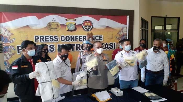 Polres Metro Bekasi menangkap dua pelaku spesialis perampokan sadis. Aksinya dilakukan rata-rata dengan mengincar korban seorang pemulung.