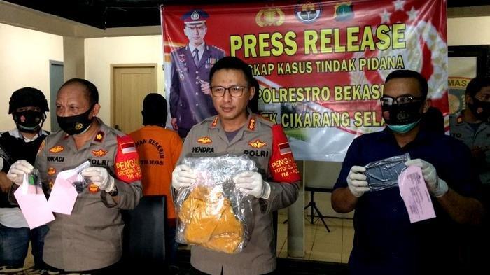 Polres Metro Bekasi meringkus tiga pelaku pembunuhan yang terjadi di sebuah ruko di Desa Suka Sejati, Kecamatan Cikarang Selatan, Kabupaten Bekasi, beberapa bulan lalu.