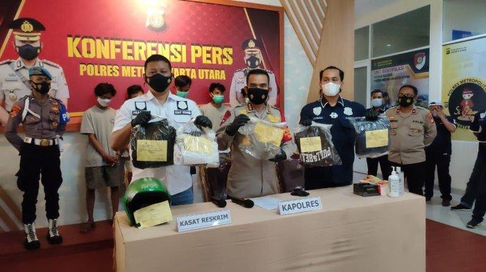 Polrestro Jakarta Utara mengungkap kasus pengeroyokan dan pengrusakan yang dilakukan rombongan pengantar jenazah terhadap sopir truk di Jalan Sungai Tiram, Cilincing, Jakarta Utara ditangkap, Selasa (22/6/2021).