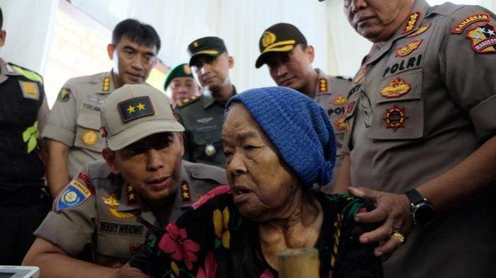 Polri Bagi-bagi Sembako dan Gelar Pengobatan Gratis di Tangerang