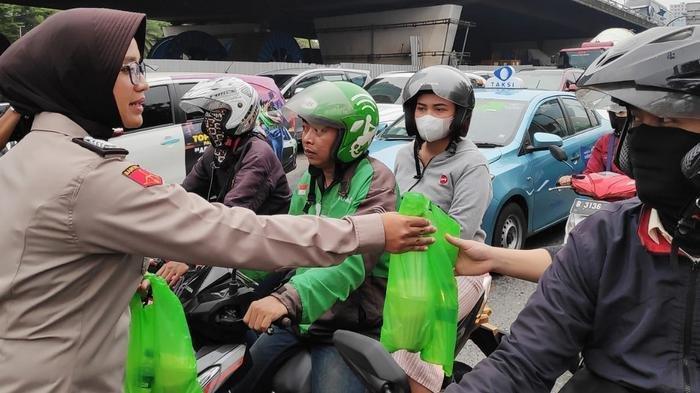 SEMARAK RAMADAN - Polwan Cantik Bagi Bagi Takjil di Traffic light Slipi Jakarta Barat