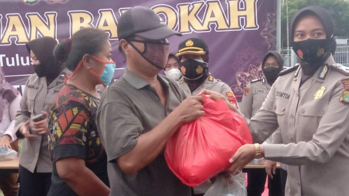 Peduli Sesama di Bulan Ramadan, Polres Jakarta Pusat Bagi-bagi Takjil Hingga Paket Sembako