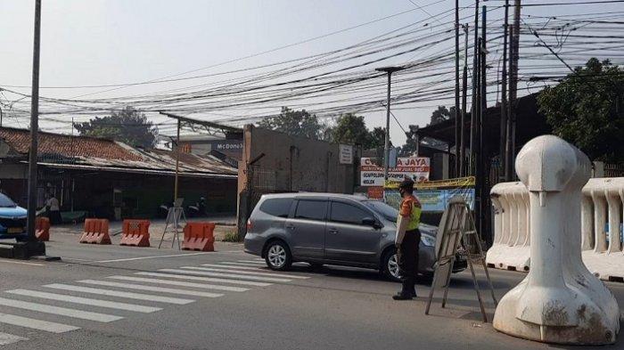 Tidak Diperiksa Petugas Gabungan, Mobil dan Motor Bebas Melintas di Pos Penyekatan Jalan Raya Bogor