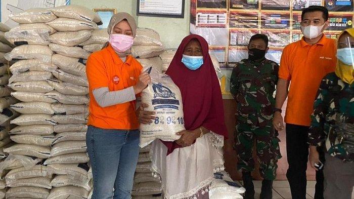 PT Pos Indonesia (Persero) menyalurkan bansos beras bagi Keluarga Penerima Manfaat (KPM). Khusus untuk bansos beras, Direktur Bisnis Kurir dan Logistik PT Pos Indonesia (Persero), Siti Choiriana, menjelaskan dari 10,6 juta KPM di seluruh Indonesia, sebanyak 3,8 juta KPM berada di Jawa Barat (Jabar).