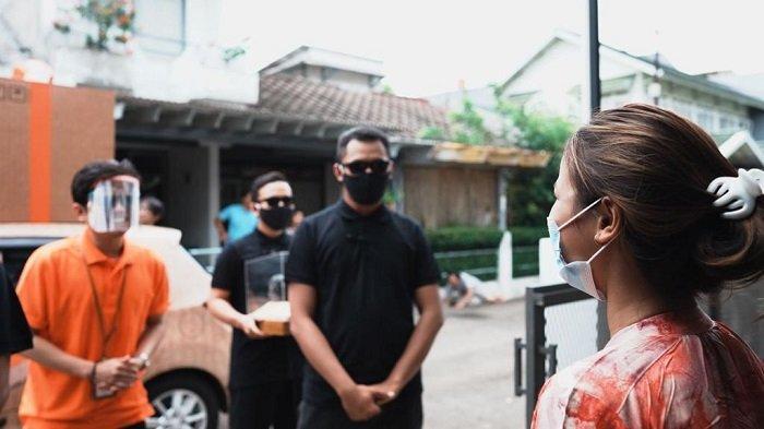 Potongan video 'petugas Pos Indonesia' yang mengantarkan paket secara istimewa kepada pelanggan.