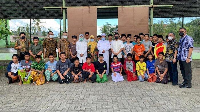 PT Pos Indonesia (Persero) menghelat soft launching Gerakan Agen Pos di 1.000 Pondok Pesantren, yang dilaksanakan di Pondok Pesantren Nurul Islam (Nuris), Kabupaten Jember, Jawa Timur, Jumat, (16/4/2021).
