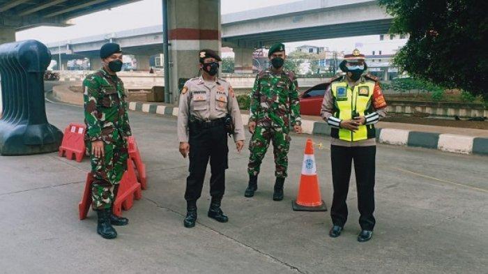Petugas Gabungan Tetap Siaga di Pos Penyekatan Panasonic dan Lampiri Jakarta Timur