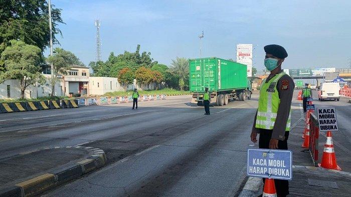 Posko check point di Tol Tangerang-Merak untuk memeriksa pengendara untuk mencegah penyebaran virus corona atau Covid-19, Selasa (12/5/2020).