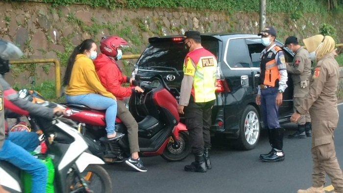 Petugas Gabungan Putar Balik 16 Kendaraan di Pospam Rindu Alam Puncak pada Libur Lebaran