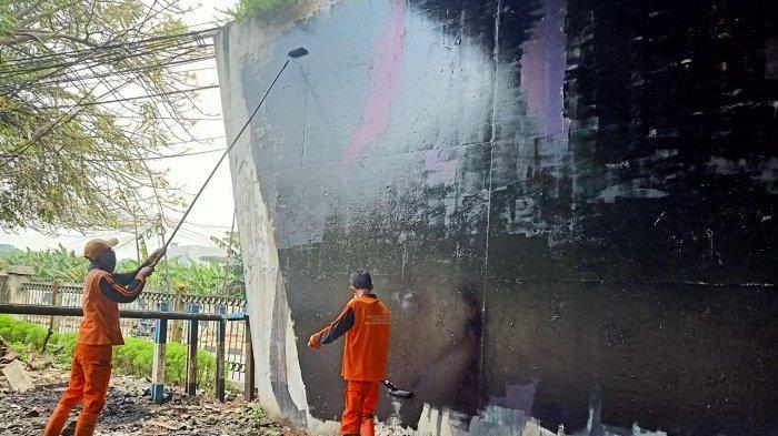 Jaga Keindahan Kota, PPSU Kelurahan Gelora Bersihkan Coretan di Tembok Kolong Flyover Pejompongan