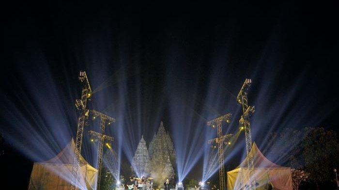 Isyana Sarasvati ketika bernyanyi di Prambanan Jazz Virtual Festival 2020 di Candi Prambanan, Sleman, Yogyakarta, Sabtu (31/10/2020) malam. Prambanan Jazz Virtual Festival 2020 menjadi perhelatan live streaming yang disiarkan langsung dari venue dengan durasi terpanjang di Indonesia saat disiarkan dari pukul 16.00 sampai 22.00 WIB.