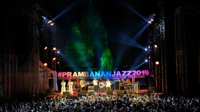 Salah satu momen yang terekam kamera di penyelenggaraan festival musik tahunan Prambanan Jazz Festival 2019 di Candi Prambanan, Klaten, Jawa Tengah, Jumat-Minggu (5-7/7/2019).