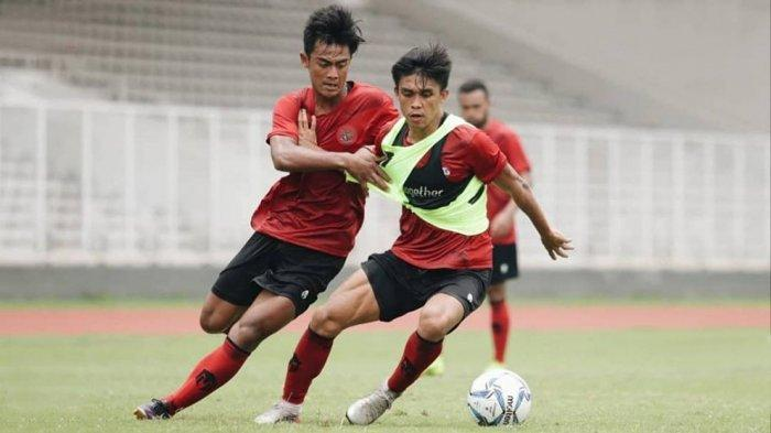 Pratama Arhan (kiri) berebut bola dengan rekannya saat latihan Timnas U-19 Indonesia