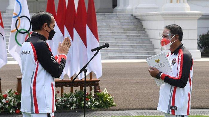 Presiden Joko Widodo menerima laporan dari Menpora Zainudin Amali pada acara pelepasan Kontingen Indonesia Olimpiade Tokyo di Istana Negara, Kamis (8/7/2021). Acara berlangsung secara terbatas dan virtual karena kondisi PPKM