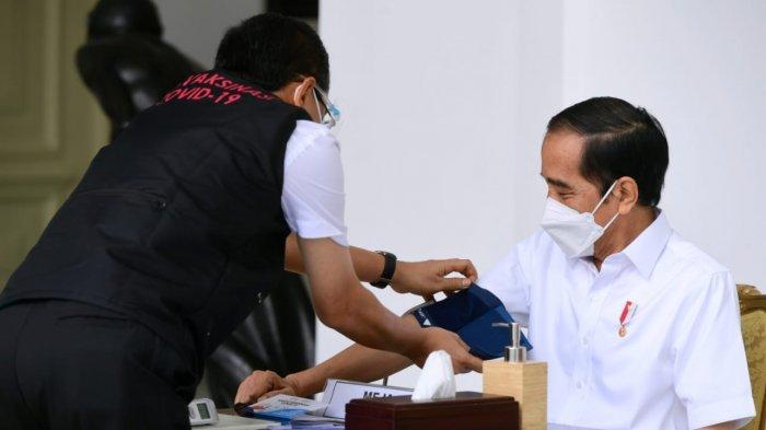 Petugas memeriksa tekanan darah Presiden Joko Widodo sebelum vaksinasi massal secara gratis di Indonesia, Rabu (13/1/2021), di Istana Merdeka, Jakarta.