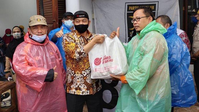 Banjir Melanda Wilayah Bekasi, Ahmad Syaikhu Hujan-hujanan Salurkan Bantuan Kepada Warga Jati Asih