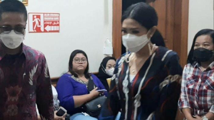Priscillia Pullunggono tidak banyak bicara usai sidang di Pengadilan Agama Jakarta Selatan, Pasar Minggu, Jakarta Selatan, Kamis (25/3/2021). Priscillia Pullunggono adalah istri Lukman Sardi.