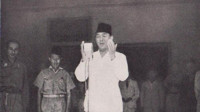 Terungkap Sosok Pria di Belakang Soekarno, Saat Detik-detik Proklamasi Sempat Disemprot Bung Karno