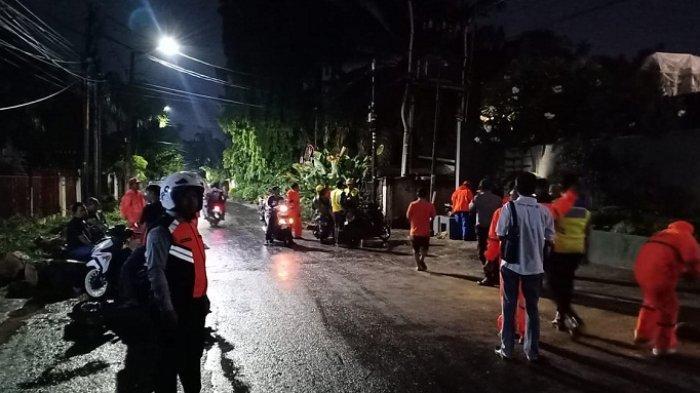 Sejumlah Dua Pohon Tumbang di Cipete yang Menimpa Pagar Rumah Warga Kemudian Dievakuasi
