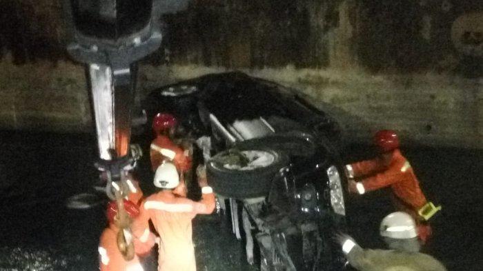 Hilang Kendali, Mobil Mitsubishi Pajero Terperosok Di Kali Cakung