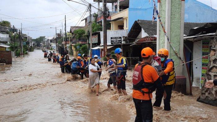 Evakuasi Berlangsung Dramatis, Kenakan Daster, Para Ibu Terjang Derasnya Banjir dengan Seutas Tali