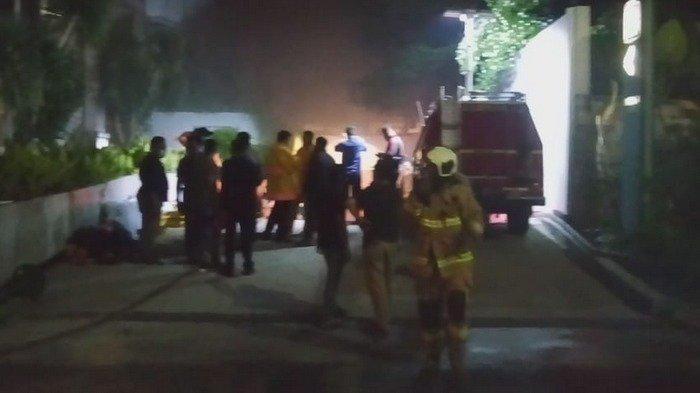 Ada 16 Damkar Dikerahkan Atasi Kebakaran Gudang Transmart Carrefour di Central Park