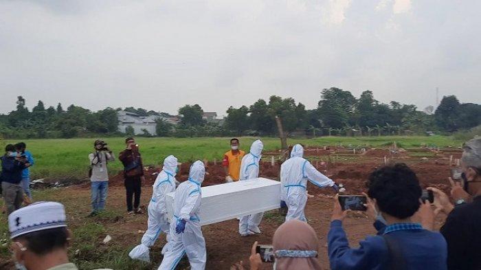 Suasana Haru Pemakaman Neta S Pane dengan Protokol Covid-19, Keluarga cuma Bisa Saksikan dari Jauh
