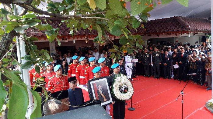 Makam BJ Habibie Diapit Diantara Makam Ainun Habibie dan Ani Yudhoyono di TMP Kalibata