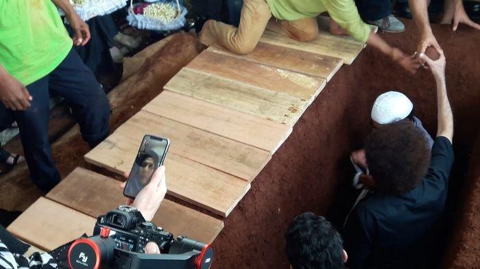 prosesi-pemakaman_20180830_154559.jpg