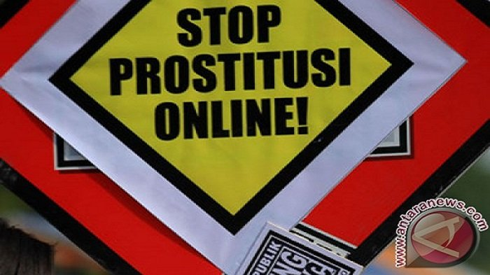 Poster Kampanye Stop Prostitusi Online (ANTARA FOTO/Maulana Surya)
