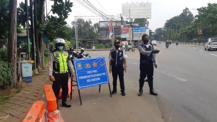 Salah satu titik Check Point PSBB di Tangerang.