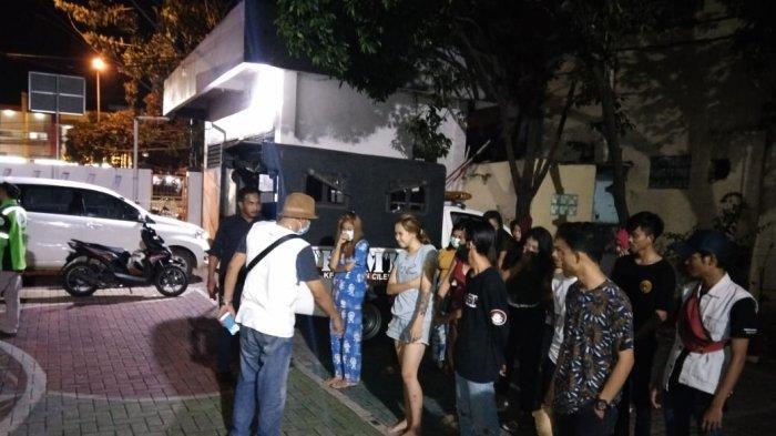 Pemerintah Kota Tangerang melalui Kecamatan Ciledug melakukan penggerebekan pada Senin (22/3/2021) malam. Dari hasil penggerebakan ini diamankan belasan remaja yang terlibat praktik prostitusi.