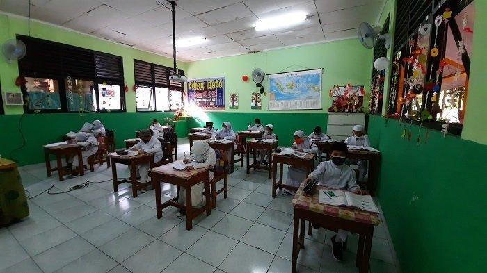Cegah Covid-19, Seusai Jam Belajar, SDN 07 Ciracas Disemprot Cairan Disinfektan Setiap Hari