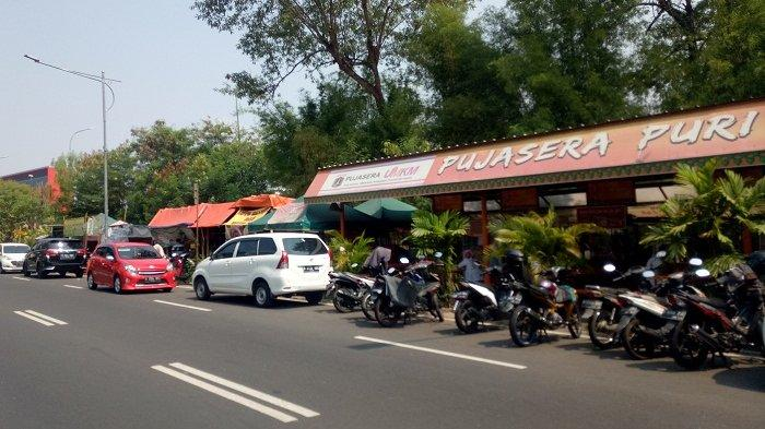Bersebelahan dengan Pujasera, Para PKL Manfaatkan Lahan Fasos-Fasum di Jalan Puri Kencana