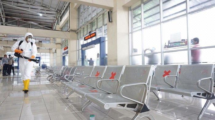 Terminal Pulogebang, Jakarta Timur saat dilakukan penyemprotan cairan disinfektan, Jumat (27/3/2020).