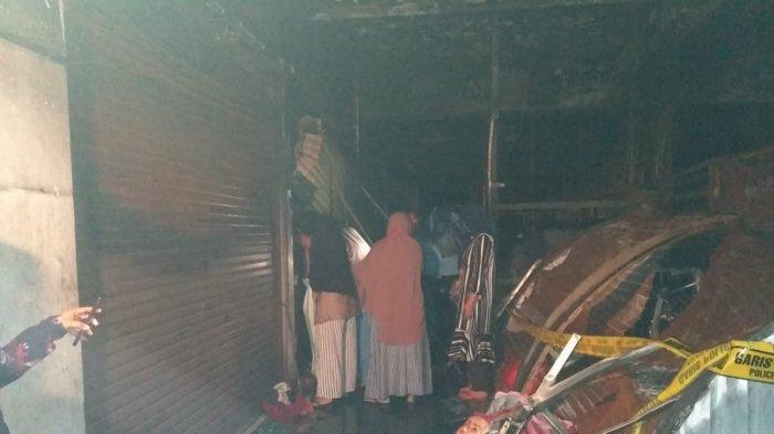 Sejumlah Unit Damkar DKI dan Bekasi Dikerahkan Menjinakkan Puluhan Pasar Baru Bekasi yang Terbakar