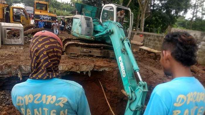 PUPR Provinsi Banten Targetkan Tiga Hari Perbaikan Jalan Raya Puspiptek yang Ambles