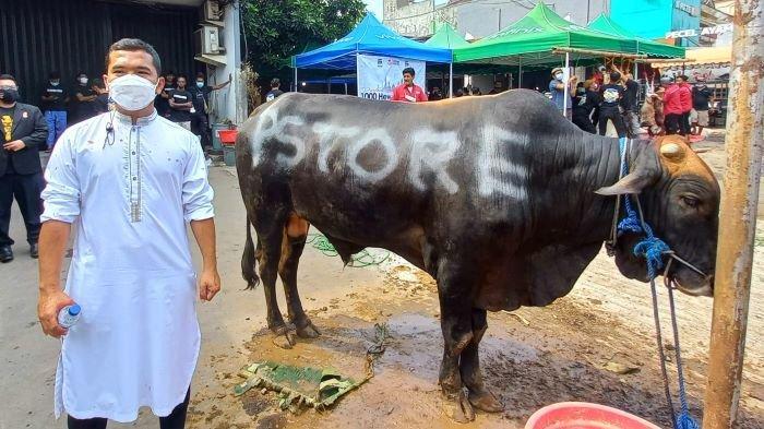Putra Siregar menyumbangkan 1.100 ekor sapi untuk dikurbankan dan dibagikan ke 1.100 masjid seluruh Indonesia di Hari Raya Idul Adha, Selasa (20/7/2021).