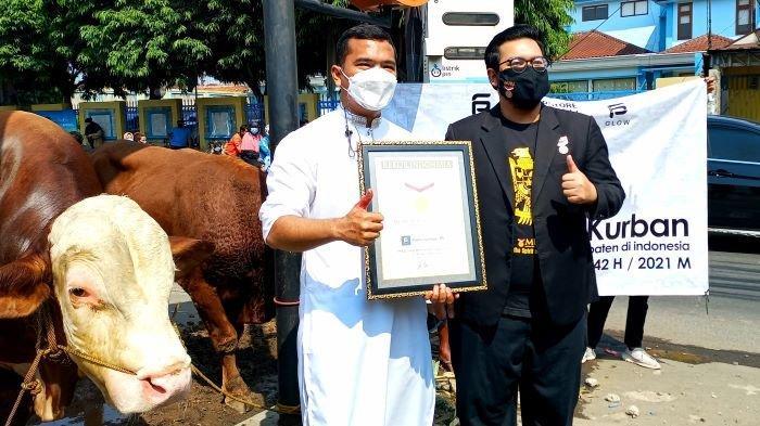 Putra Siregar saat menerima rekor Museum Rekor Indonesia (MuRI) kategori 'Pribadi yang Menunaikan Ibadah Kurban di Masjid Terbanyak' di kawasan Condet, Jakarta Timur, Selasa (20/7/2021).